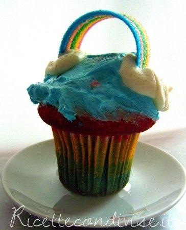 """I cupcake alla vaniglia sono squisiti e golosi, glassati con del """"frosting colorato"""" ed impreziositi di mashmellow o caramelle di zucchero possono diventare uno stupendo capolavoro da mangiare! Questo che vi presento è il Cupcake Arcobaleno. per la base del cupcake: Ingredienti per 12 cupcake:  170 gr. di farina 00 110 gr. burro 210 gr. zucchero 2 uova 110 ml latte intero 1/2 bustina di lievito in polvere vaniglia (estratto o bustina)  Per il frosting blue alla vaniglia:  100 gr burro a ..."""