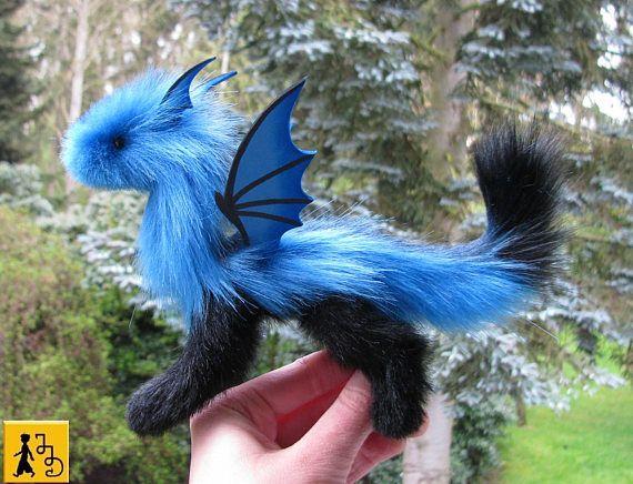 Drache Puppe posierbar blau schwarz Flügel Fantasie Tier Kunstfell handgemacht Jerseydays