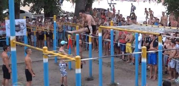 Kiev'de spor severler sayesinde sokaklarda ve plajlarda ortaya çıkan renkli görüntüleri sizlerle paylaşmak istedik. Sokak antrenmanları (street workout) denilen bu aktiviteler için her yıl dünya şampiyonası da düzenleniyor. http://www.youtube.com/watch?v=8WjCslrRGQg