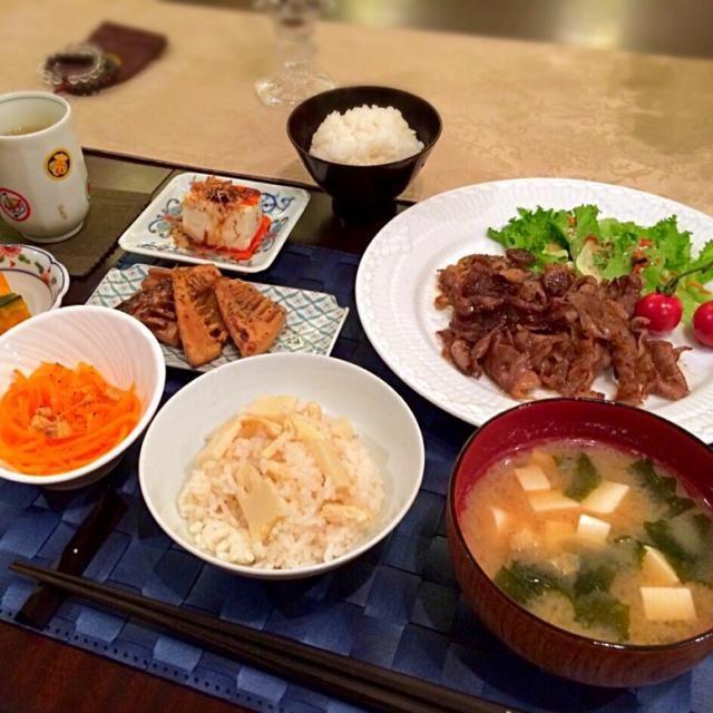 ‥とタケノコの炊き込みごはん、近江牛の焼肉サラダ、カボチャたいたん、新人参とクルミのサラダ、新玉ねぎとワカメの白味噌汁  でした。  タケノコは煮付け系ばかりで飽きがきて残してします。。洋風にするとまたパクパク  2015.4/18 - 25件のもぐもぐ - タケノコのバターステーキ by MASa19