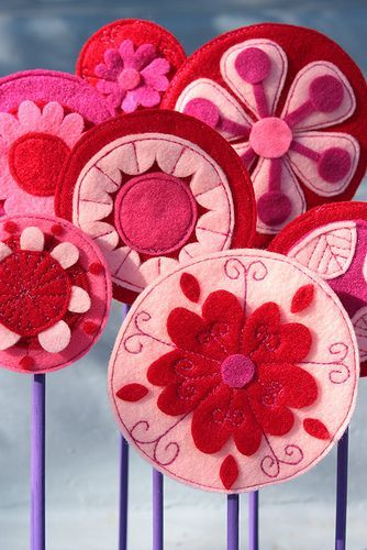 Flores de fieltro redondas con bordados, ¡maravillosas! - Broches de Fieltro: Red And Pink, Fieltro Felt, Valentines, Flower Pop, Felt, Flowers, Felt Flowers