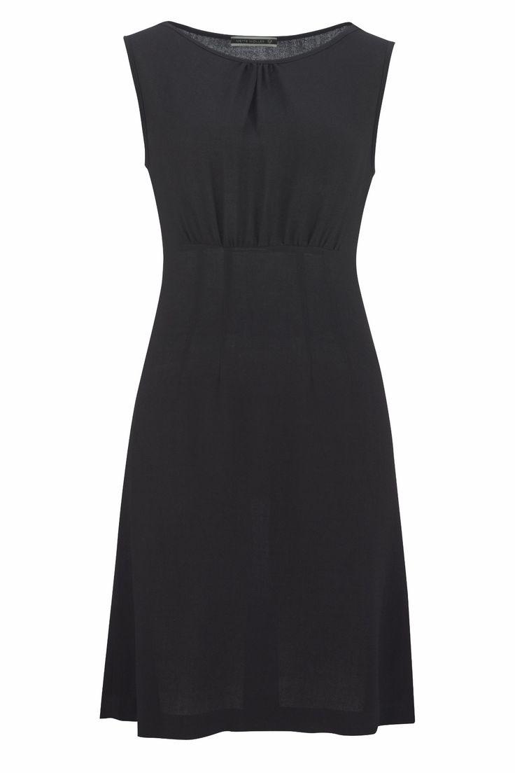 Den nydeligste lille kjole i en lett og luftig ull/viskose kvalitet. Overdelen er litt ledig og har små, dekorative rynker foran. Skjørtet har en lett..