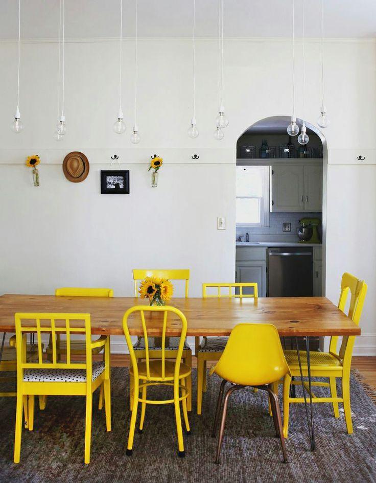 Стол и стулья для кухни: 40+ идей организации обеденного пространства (фото) http://happymodern.ru/stol-i-stulya-dlya-kuxni-42-foto-kak-oformit-komfortnuyu-obedennuyu-zonu/ Ярко-желтые стулья разной формы вокруг большого прямоугольного стола
