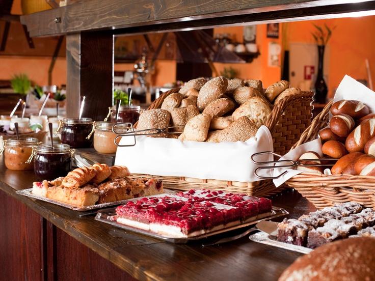 caratbreakfast - 5 Sterne Frühstücksbuffet im carathotel Basel / Weil am Rhein. Eine Vielfalt von Brot und Brötchen, ausgesuchte Bio-Produkte, Gebäck und Kuchen.