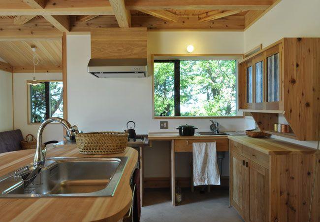 自然素材で造作されたキッチン