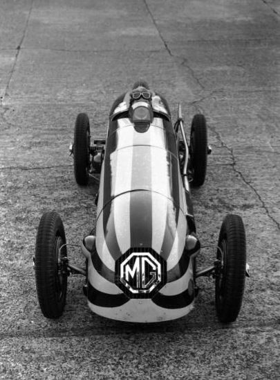 MG Magnette Crédito: Topical Press Agency / Freelancer Legenda:20th April 1934: Racing driver Captain G E T Eyston in his streamlined MG Magnette at Brooklands. It is to be raced in a Junior Car Club International Trophy Race. (Photo by Topical Press Agency/Getty Images