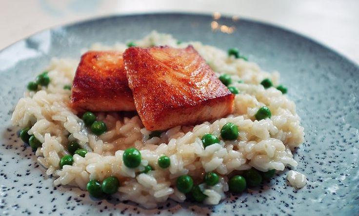 Risotto med laks og erter er rask hverdagsmiddag som er lett å lage - i alle fall når du mestrer Espens risottoregel. Prøv med risotto med laks og erter!