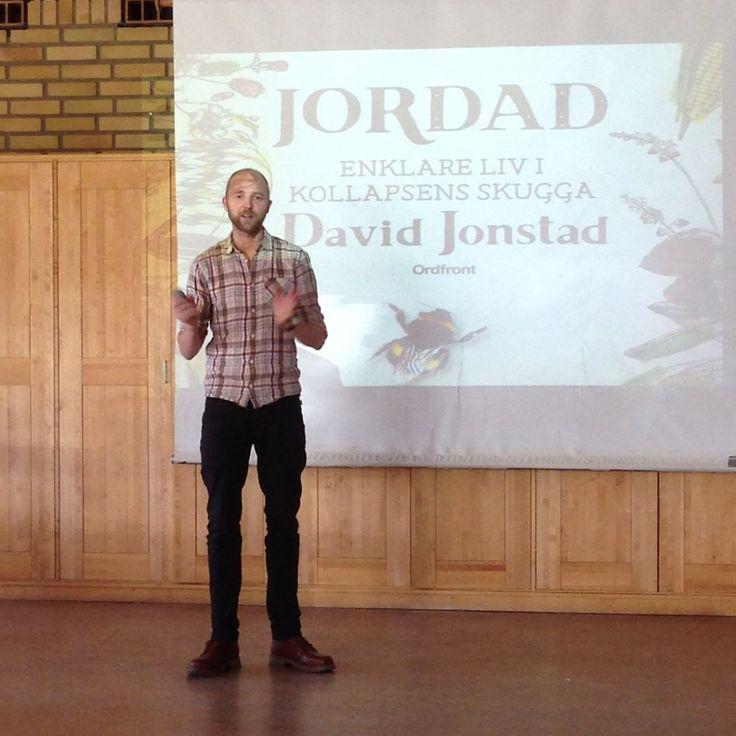 Igår var David Jonstad och föreläste för @holmafolkhogskola! David har bl.a. skrivit böckerna Kollaps och Jordad. Som jag för övrigt köpte och passade på att få signerade👏👏👏 David är även en av skribenterna som syns i klimatmagasinet @effektmagasin. Efter föreläsningen fick min klass en timme själva med David då vi fick ställa frågor till honom! Med andra ord en fantastisk förmiddag!  🌱  Har du fortfarande inte läst hans böcker tycker jag att du ska göra det!  Sköt om er där ute. Glöm…