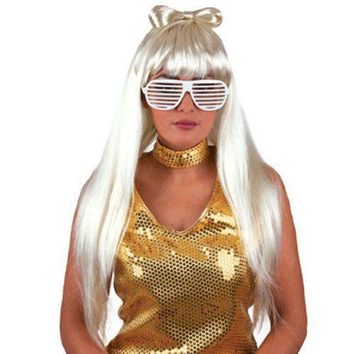 Blonde Lady Gaga pruik met strik. Blonde pruik met een strik van haar boven op het hoofd en een rechte pony! Deze blonde pruik is bijvoorbeeld perfect bij een Lady Gaga of popster kostuum.