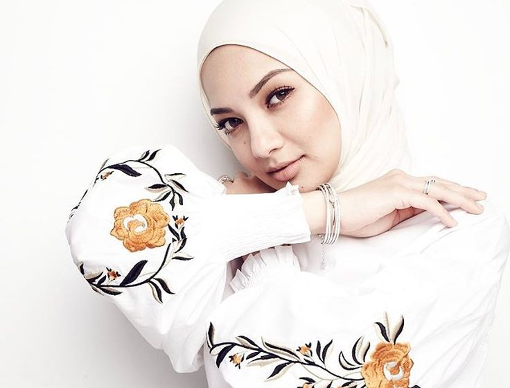 """43.1k Likes, 300 Comments - Noor Neelofa Mohd Noor (@neelofa) on Instagram: """"Self-confidence is the best outfit. Rock it and own it! #thatawkwardhandpose"""""""