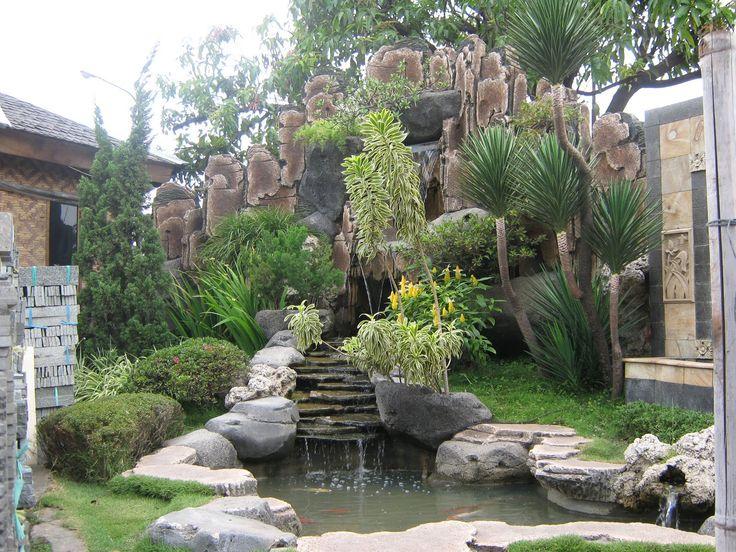 Jika anda ingin membeli sebuah rumah dengan konsep minimalis, biasanya sebagai pengganti pagar, di depan rumah disediakan sepetak kecil tanah yang ditanami rerumputan. Jika anda