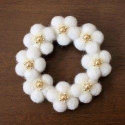 ふわっとした小さな白い花をリース状に繋げてブローチにしました。清楚で可憐な小花で冬の装いに華やぎをプラスしませんか?大きめサイズながらさりげなくお使いいただけるデザインです。羊毛フェルトとビーズで作ったブローチです。ニードルで仕上げたあと、糸でビーズをひとつずつ縫い付けました。【サイズ】 全体のサイズ:H 約7cm × W 約7cm【素材】 羊毛フェルト、ビーズ、ブローチピン*受注生産品になります。 お支払い確認後から5日以内に制作&発送させて頂いております。ご注文が重なるなどして遅れる場合には別途ご連絡差し上げます。ひとつひとつ丁寧に仕上げておりますが、若干の個体差が見られる場合があります。ご理解いただいた上、ハンドメイド商品の特徴としてお楽しみ下さい。「ハンドメイド新作2016」検索ワード:花 リース フラワー 植物 羊毛フェルト ブローチ 春 夏 秋 冬 ホワイト 白 パール