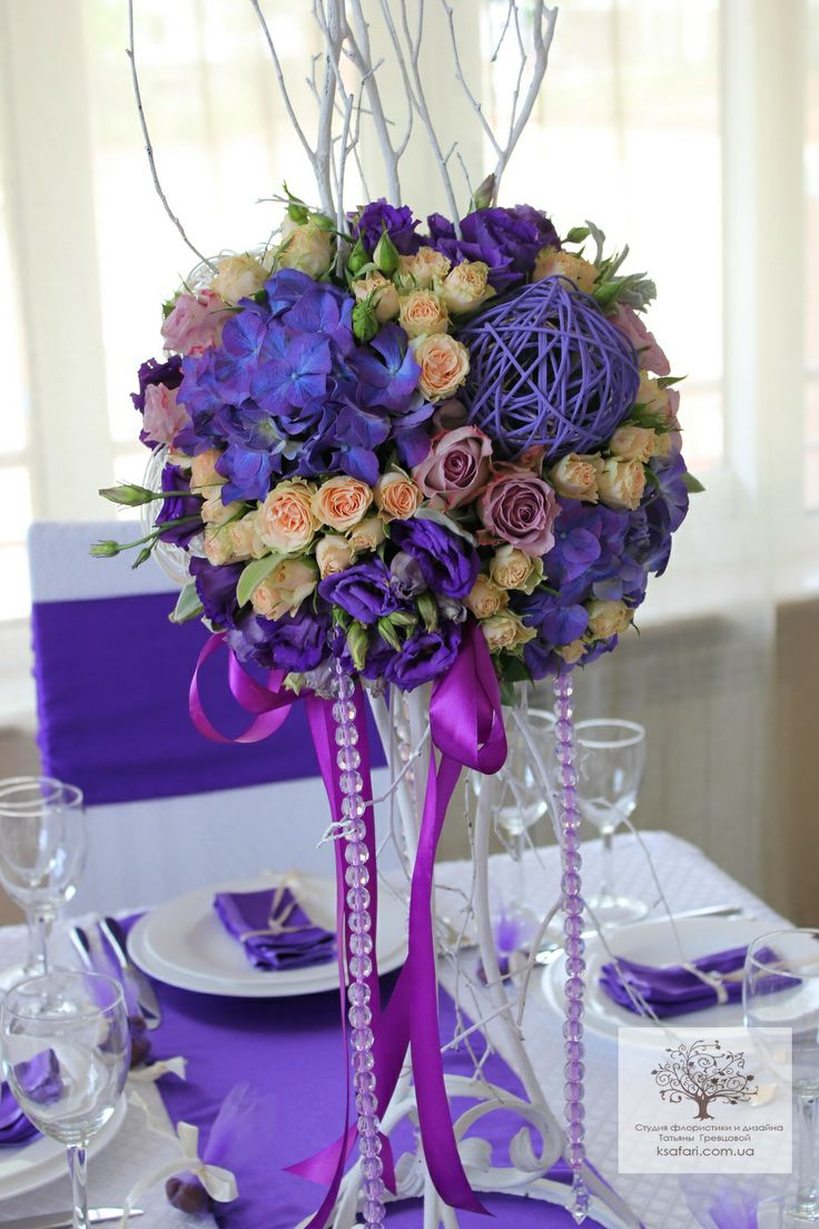 Фиолетовая свадьба Композиции на гостевые столы  стойках высокие.