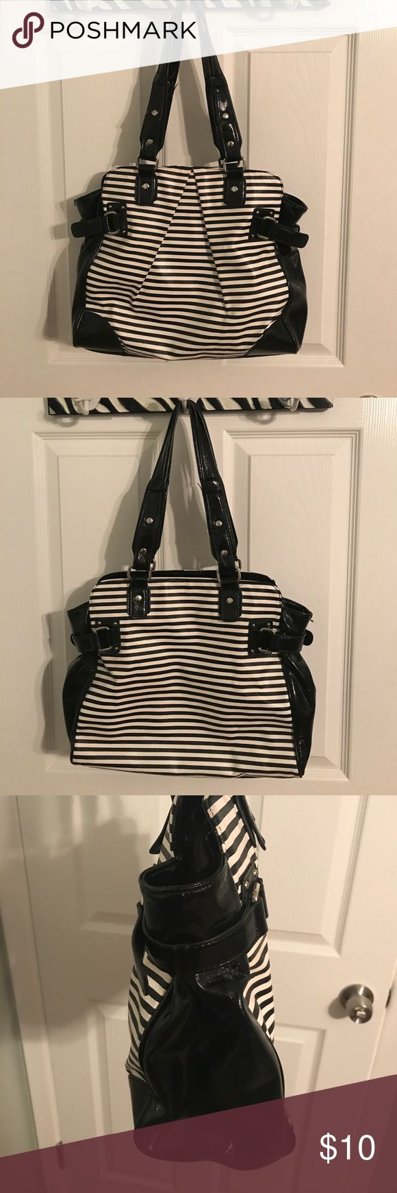 Black and white purse This purse is from New York & Company. Very minimal signs of wear on the handles and edges of the purse. New York & Company Bags Shoulder Bags