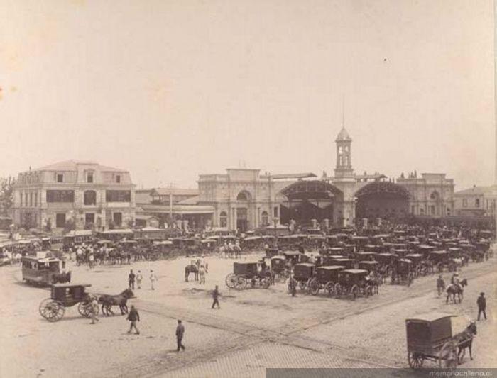 """La imagen nos muestra la cantidad de """"Carros de Sangre"""" como se les llamaba a los coches tirados por caballos, a las afuera de la estación 1885. Léase: Carros de sangre"""