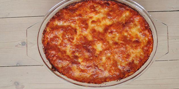 Pasta i fad med tomatsovs, ost og bacon
