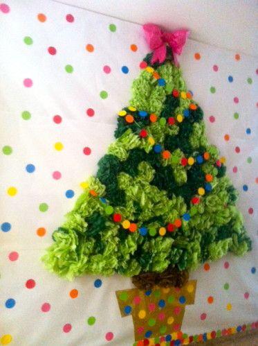 Este fantástico árbol de Navidad, lo realizó mi nuera Isa en su colegio y con la colaboración de sus pequeños alumnos. Se compone de pompones de papel de seda de dos tonalidades de verde y círculos troquelados. Si queréis mas detalles podéis obtenerlos...