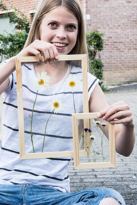 Gedroogde bloemen achter glas! Easy peasy om te doen, maar o zo leuk :)