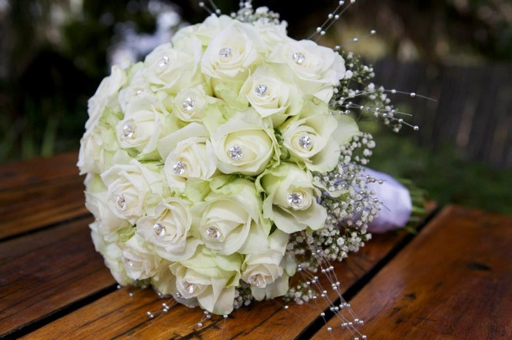 White Avalanche rose boquet with collar of million star