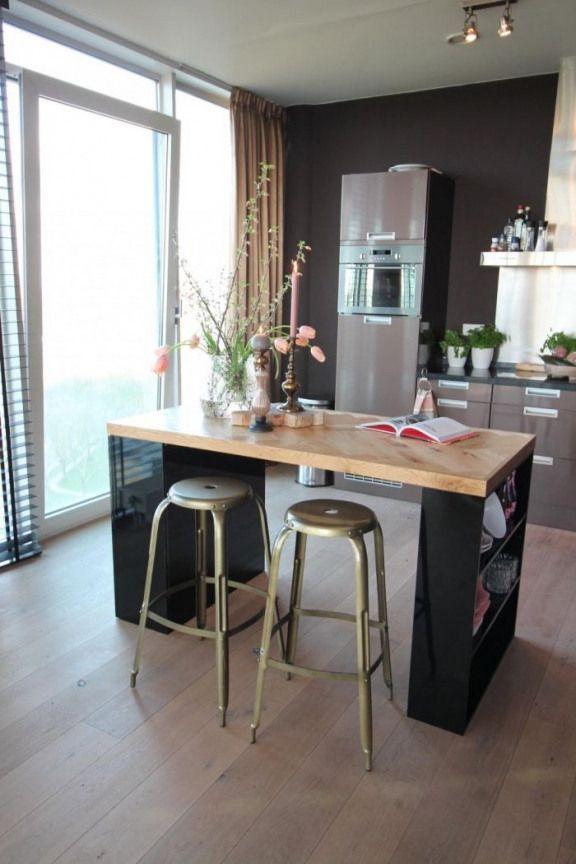 Idee Originale Pour Fabriquer Un Ilot Central Compact Realise A Partir Des Etageres Noires Recuperees Et Un P Home Kitchens Central Kitchen Ikea Kitchen Island