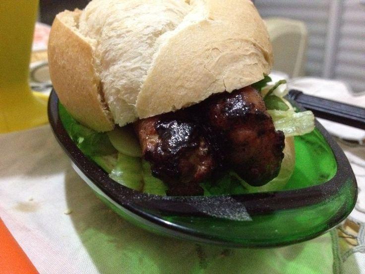 Sanduíche de pão francês com linguiça de frango grelhada, muçarela light, salada mix de folhas e molho cremoso de alho.
