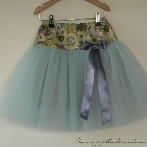 Papillon et Mandarine, *Patron gratuit* Swan, jupe en tulle Swan - skirt in cotton and tulle, girl size. Ages 2-10.