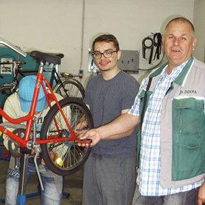 """5 Jahre Kooperation der DEKRA Akademie (Leipzig) mit dem """"Fahrräder für Afrika e. V.""""  Die DEKRA Akademie Leipzig unterstützt mit einer Arbeitsgelegenheit ein Hilfsprojekt in Afrika. Seit 2012 führt die DEKRA Akademie in Leipzig eine Arbeitsgelegenheit (ein so genanntes 1-Euro-Job-Projekt) durch, die gemeinsam mit dem Jobcenter Leipzig initiiert und von diesem finanziert wird..."""