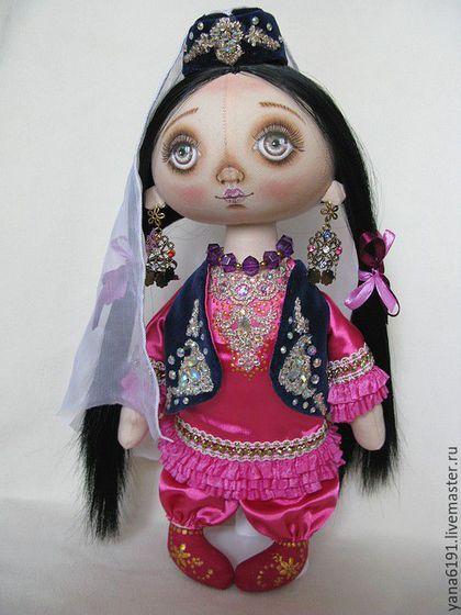 Купить или заказать Кукла в татарском костюме в интернет-магазине на Ярмарке Мастеров. Кукла в национальном татарском костюме. Сделаю на заказ куклу в любом национальном костюме по вашему фото. Работаю быстро и качественно. Хорошая детализация костюма, работаю с хорошими, дорогими материалами. Тело куклы сшито из хлопковой ткани. Костюм сшит из алтаса- стреч, жилет и калфак из натурального бархата, фата- шифон, отделка- золотое, крученое кружево, стразы, металлические декоративные элементы.