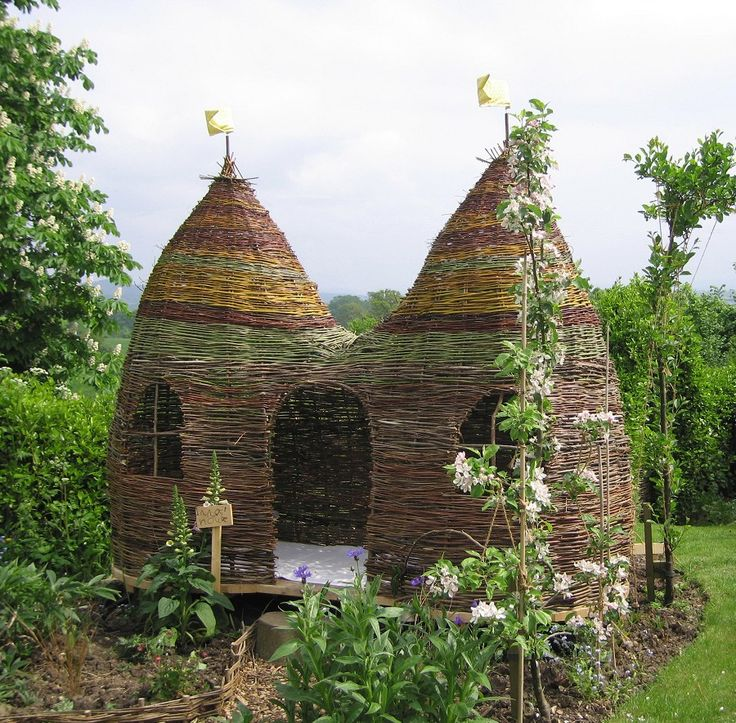 This is the original playhouse which I made for my daughter. The design has evolved since then, I no longer use thedifferent coloured willow varieties. They look gorgous for the first few months but then fade to brown anyway.