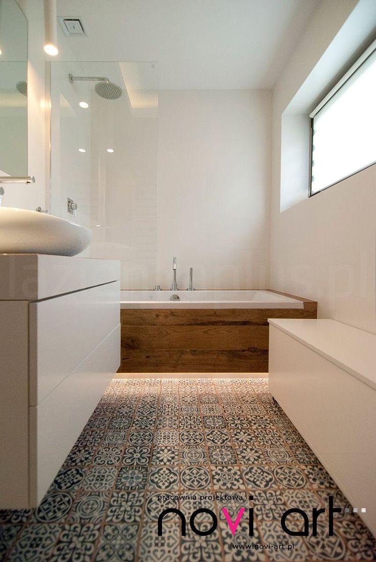 Drewniana obudowa wanny oraz płytki jako główne elementy #decor :) #biała #łazienka