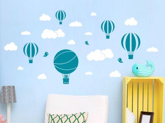 Zweifarbiges Wandtattoo Set Wolken und Heißluftballons auf blauer Wandfläche