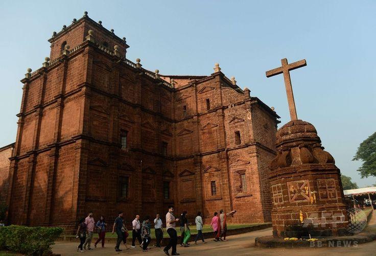 イエズス(Jesuit)会宣教師フランシスコ・ザビエル(Francis Xavier)の遺体の公開に当たり、遺体を運ぶ行列が始まる前にミサが行われるインド・ゴア(Goa)州のボム・ジーザス教会(Basilica of Bom Jesus)に到着したインドのキリスト教徒たち(2014年11月22日撮影)。(c)AFP/PUNIT PARANJPE ▼23Nov2014時事通信|10年ぶり、ザビエルの遺体公開=インド http://www.jiji.com/jc/zc?k=201411/2014112300019 #Francis_Xavier #Francisco_Javier #Francisco_de_Xavier #Frances_de_Jasso #Old_Goa ◆Francis Xavier - Wikipedia http://en.wikipedia.org/wiki/Francis_Xavier