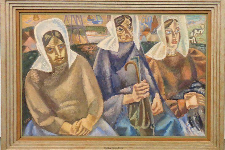 Leo Gestel schildert hier drie vrouwen in de traditionele klederdracht van het vissersdorp Huizen aan het Gooimeer. Het is een doordeweekse dag, want de vrouwen dragen niet de zondagse oorijzers aan hun kappen. De vrouwen zijn van verschillende leeftijd. De rechter vrouw is de jongsye en haar gezicht is het lichtste van kleur. Ze kijkt dromerig het beeld uit. De linkervrouw is van middelbare leeftijd. Met haar handen in haar schoot kijkt ze de toeschouwer gelaten aan.