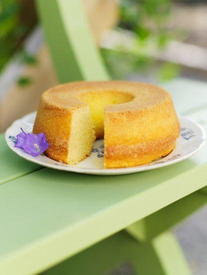 Knepet med att lyckas med sockerkakan är att vispa ägg och socker riktigt, riktigt luftigt. Man får aldrig vispa ner mjölet, då kan sockerkakan lätt bli gummiaktig i konsistensen, utan mjölet ska försiktigt vändas ner i smeten. Man kan variera med oändligt många smaksättningar.