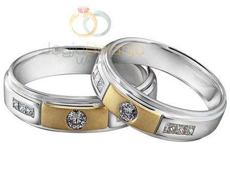 Cincin Tunangan Harana merupakan cincin koleksi kami berikutnya yang berbahan palladium 50%. Detil yang tegas dari cincin disusun dai aksen garis yang membagi sisi cincin menjadi beberapa segmen. S…