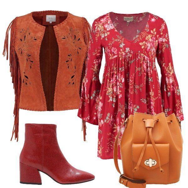 Outfit, liberamente ispirato ai mitici anni '70, composto da vestito con fantasia floreale e maniche ampie, gilet con frange, stivaletti rossi con tacco largo e secchiello in pelle.