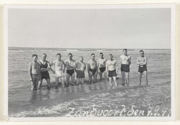Anonymous | Duitse soldaten in Zandvoort, 1941, Anonymous, 1941 | Amateurfoto van Duitse soldaten uit 1941 in Zandvoort. Een groep mannen in zwembroek staat aan de rand van de zee.