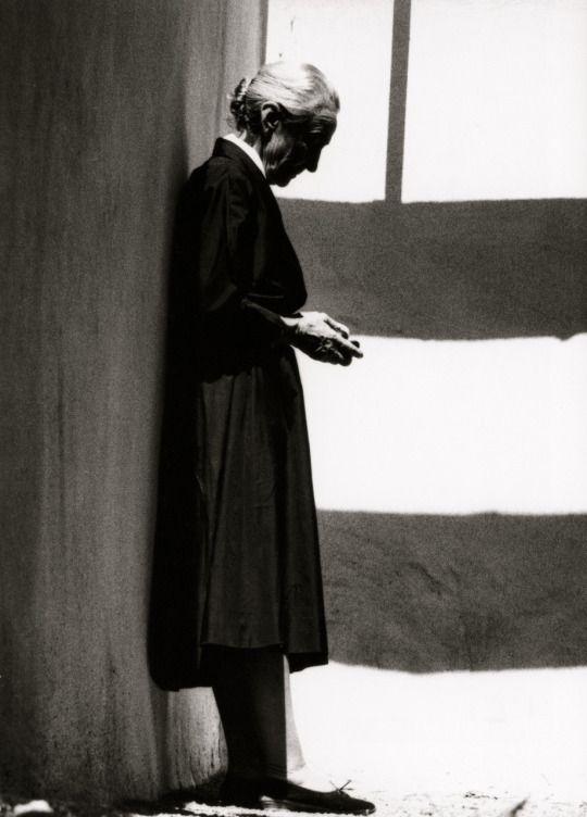 GEORGIA O'KEEFFE (with her rock collection) - John Loengard