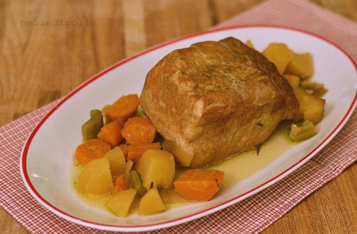 Arista di maiale semplice con verdure, cotta a bassa temperatura nella slow cooker. Ricetta facile e genuina, per un arrosto tenerissimo e gustoso!