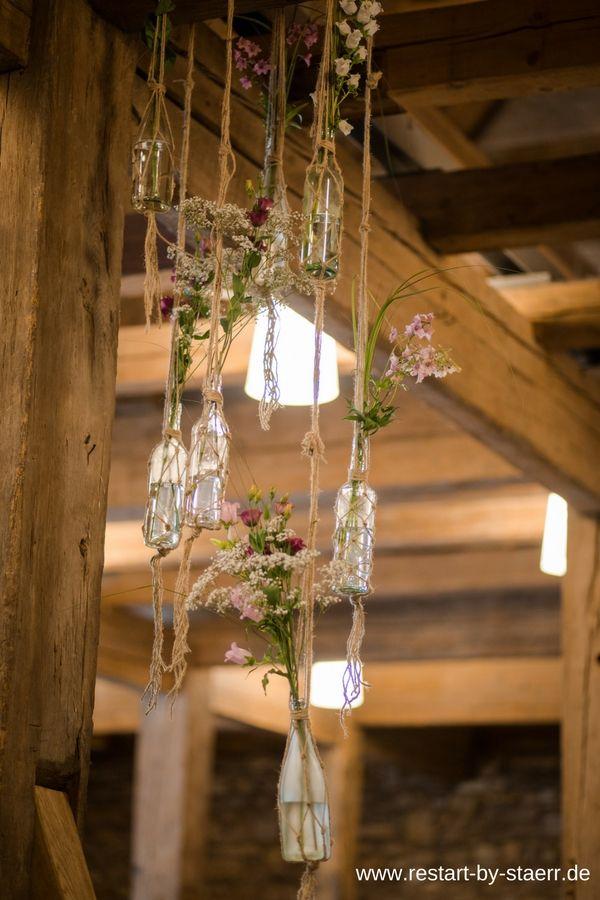 Alte Scheune mit tollem Gebälk, da braucht es eigentlich nicht viel an Blumensc…