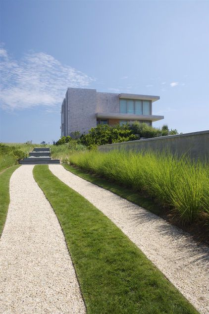 Another example of grasses as hedging... love this. (modern exterior by Stelle Lomont Rouhani Architects)
