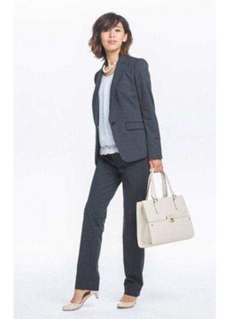 グレーのパンツスーツで春らしい印象に。40代アラフォー女性のパンツスーツのコーデ♪