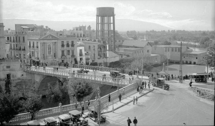 puente viejo y la antigua balustrada con los vehiculos de la epoca era el año 1955