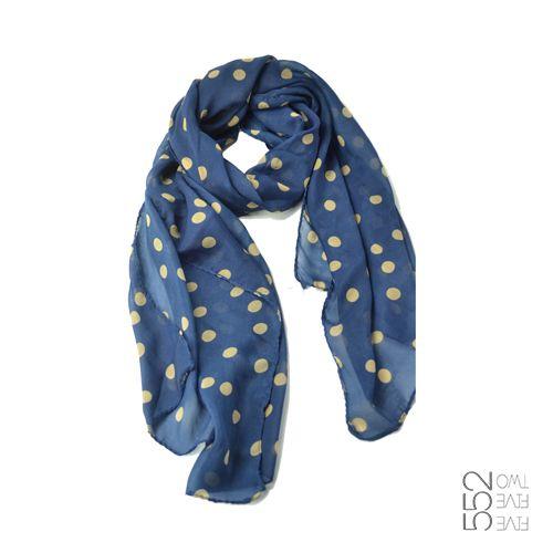 Pañuelo Goldie. De chiffon en azul y con motitas doradas. Super Chic!! www.552.com.py
