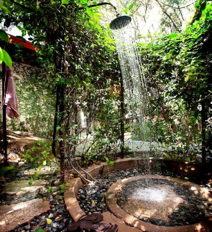 douche-jardin-métallique-galets-décoratifs-ambiance-zen