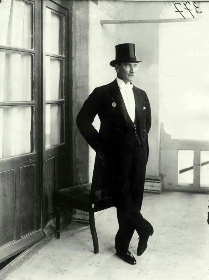 Vatan mutlaka selamet bulacak, millet mutlaka mutlu olacaktır; çünkü kendi selametini, kendi saadetini, memleketin ve milletin saadeti ve selameti için feda edebilen vatan evlatları çoktur...  Gazi Mustafa Kemal Atatürk, 1922