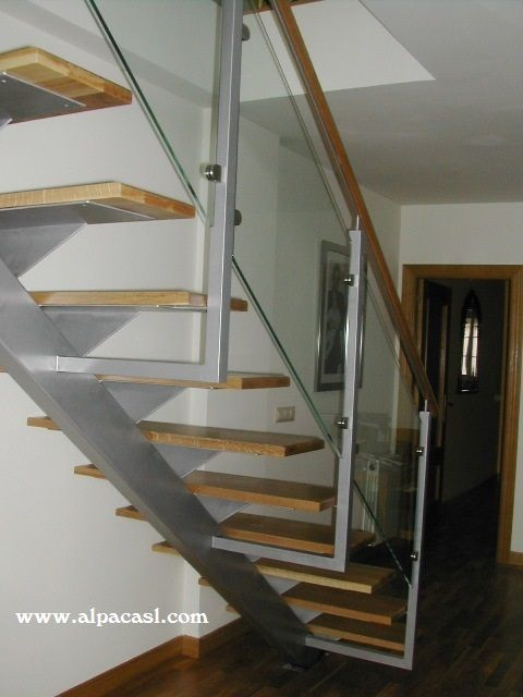 Escalera de estructura met lica con eje central pasos en madera maciza de roble y barandilla en - Escaleras con cristal ...