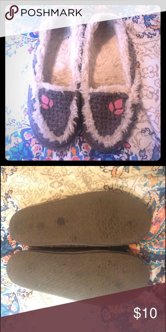 Reef Slippers/Moccasins Slightly used but in good condition! Minimal wear on soles! I can ship today, OBO! 💗 size 10/11 but fits more like a 8/9😊 Shoes Moccasins