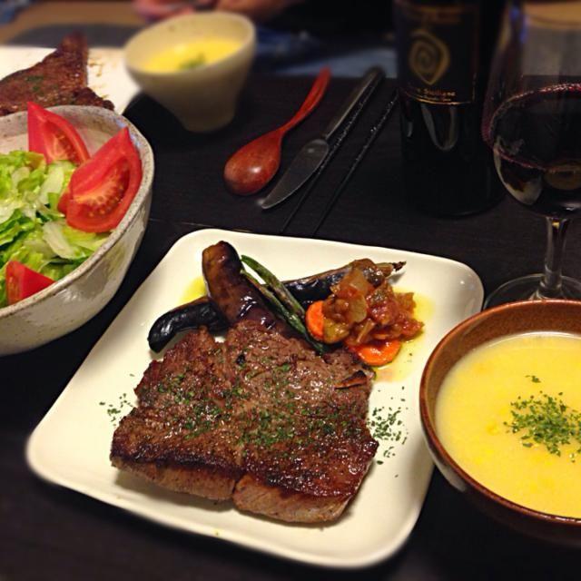 今日のリクエストは肉!! とても良いアンガスビーフがあったのでボリュームたっぷりのステーキにしました!添えは旬の空豆やインゲン。 お供はネロ・ダーヴォラです♪ - 13件のもぐもぐ - グリーンサラダ・ブラックアンガスビーフステーキ・コーンポタージュスープ by vanchika