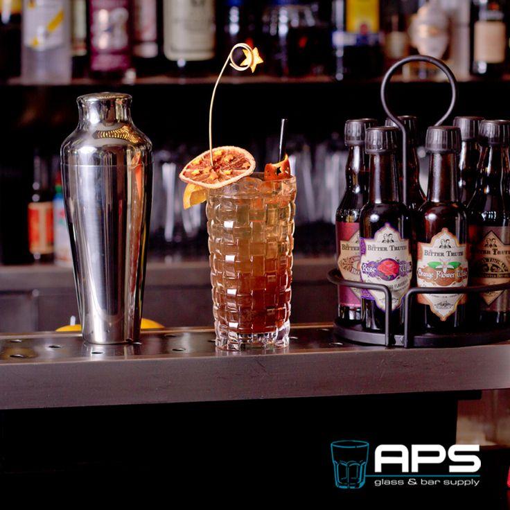 Donkere winteravonden vragen om drankjes waar extra veel liefde en aandacht in gestopt is. Daarom deze sterren-cocktail in dit bijzondere Nachtmann USA Bossa Nova glas.   Het Nachtmann Bossa Nova glas is verkrijgbaar als short en longdrink op: http://goo.gl/oVSJao.  #vollemaan #cocktail #inspiratie #glaswerk #sterren #bar #horeca #winter